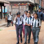 деца се връщат от училище